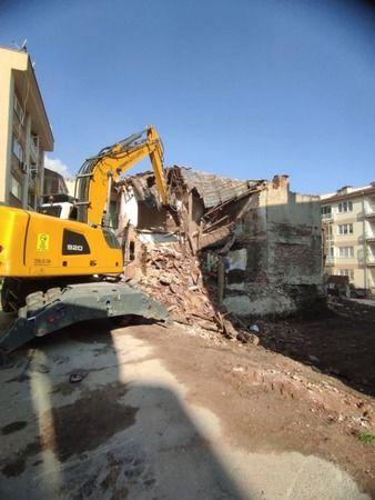 Bursa'da metruk bina yıkıldı