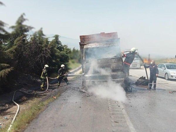 Manisa'da seyir halinde olan kamyon yanmaya başladı