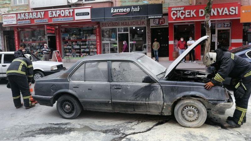 Seyir halindeki aracın motor kısmı alev alev yandı