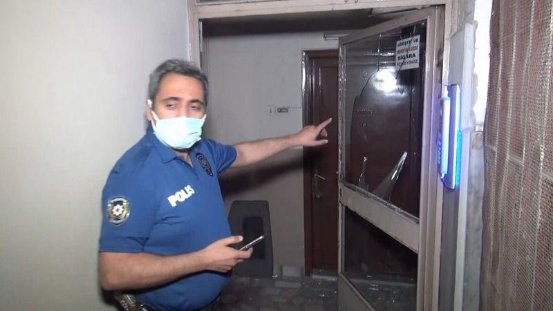 Bursa'da bir şahıs apartman kapılarını tekmeledi