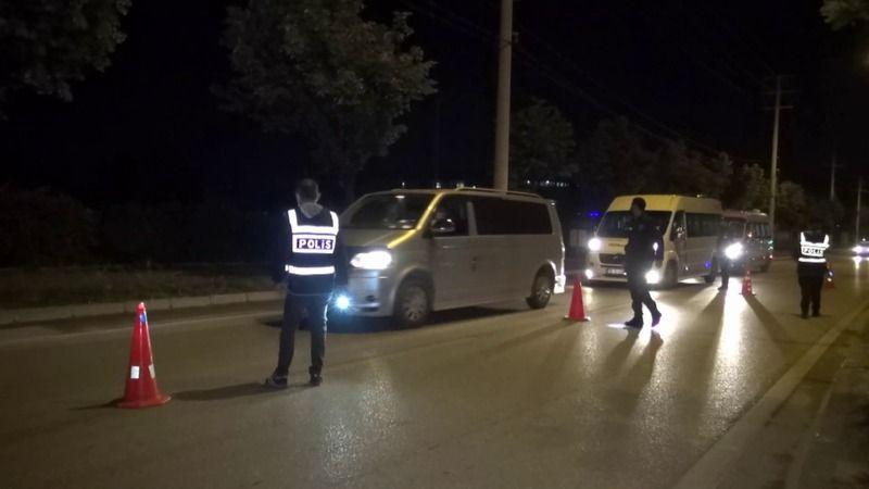 Bursa'da bir sürücü otomobili polislerin üzerine sürdü
