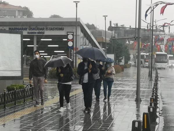 İstanbullu vatandaşlar yağmura hazırlıksız yakalandı
