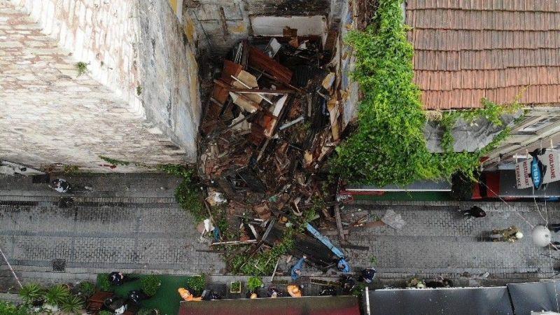 İstanbul'da ahşap bina çöktü, saniyeler ile kurtuldular