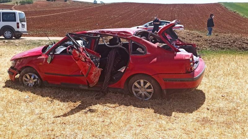 Kırıkkale'de otomobil tarlaya devrildi: 1'i ağır 2 yaralı