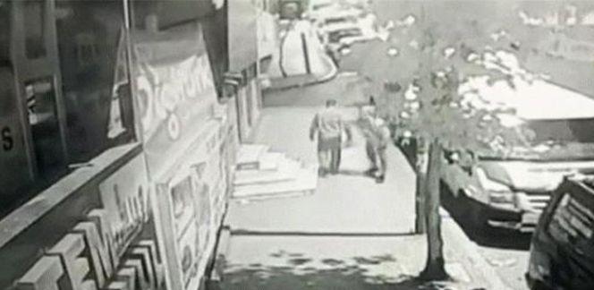 İstanbul Küçükçekmece'de bir kişi yoldan geçenleri bıçakladı