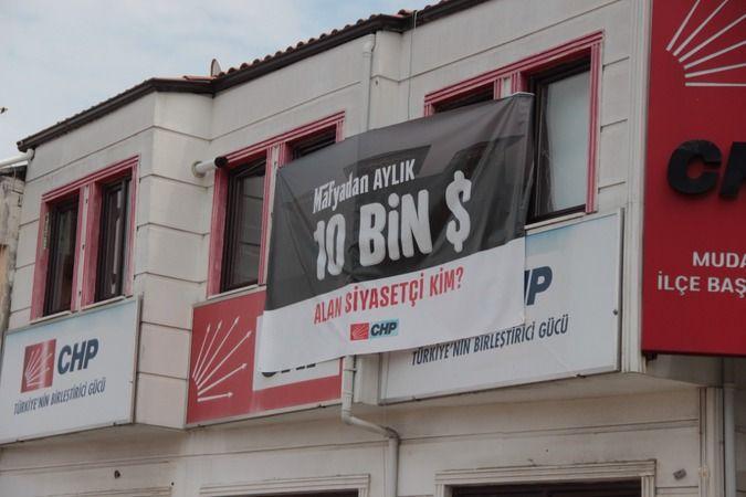 "CHP'DEN "" 10 BİN DOLAR ALAN SİYASETÇİ KİM"" PANKARTI"