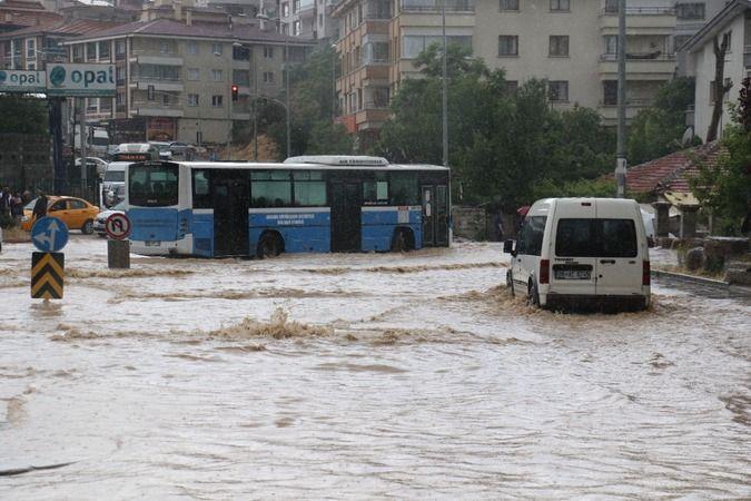 Ankara'da sağanak sele döndü