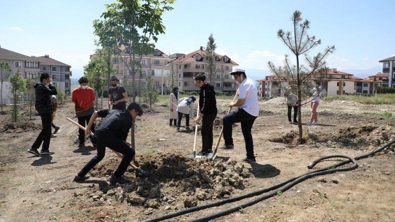 Bursa İnegöl Belediyesi 173 fidanı toprakla buluşturdu