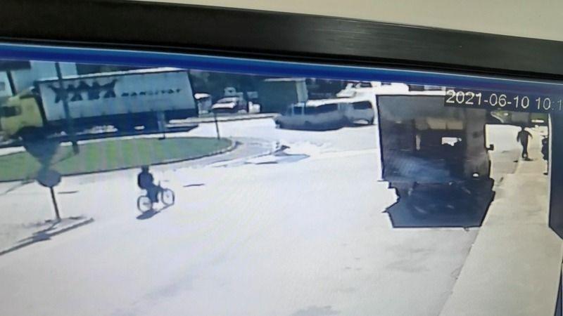 Motosiklete 2 araç çarptı: 3 yaralı