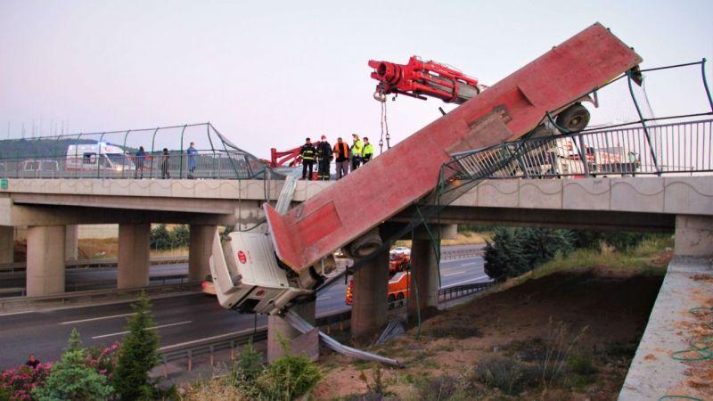 Hızını alamayan tır köprüde asılı kaldı