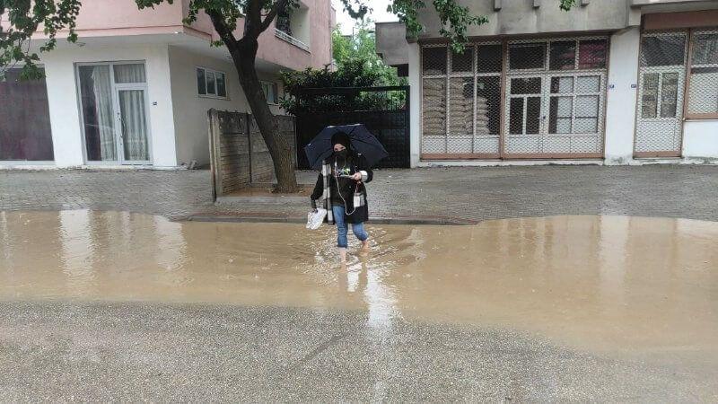 Bursa'da dereler taştı, alt geçitleri ve iş yerlerini su bastı, cadde ve sokaklar göle döndü