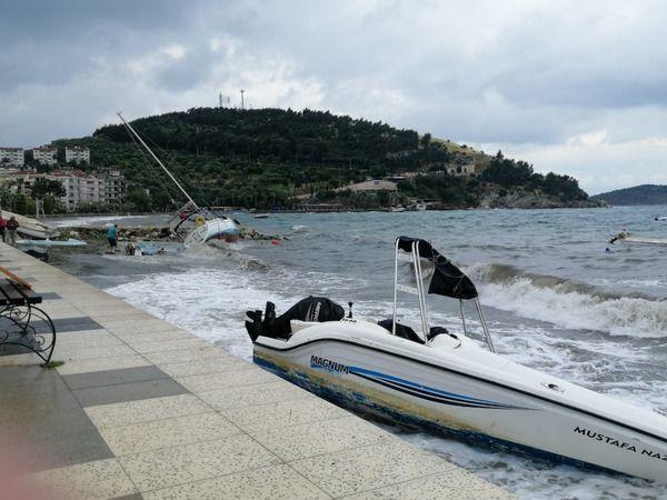 Balıkesir'de şiddetli lodos teknelere zarar verdi