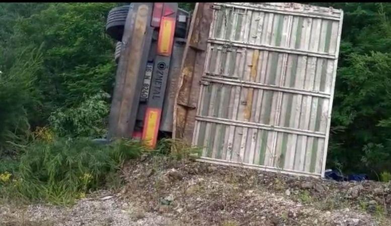 Bursa-Orhaneli yolunda virajı alamayan kamyon şarampole yuvarlandı