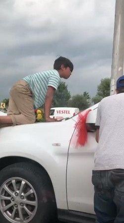 Bursa'da bahşiş terörü! Gelin arabasının üzerine çıktı