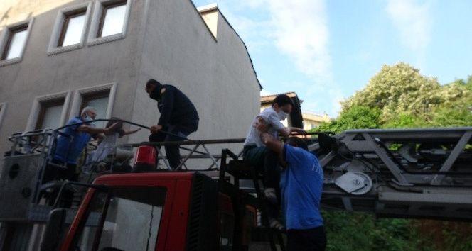 Bursa'da 5 katlı apartmanın bodrum katında yangın