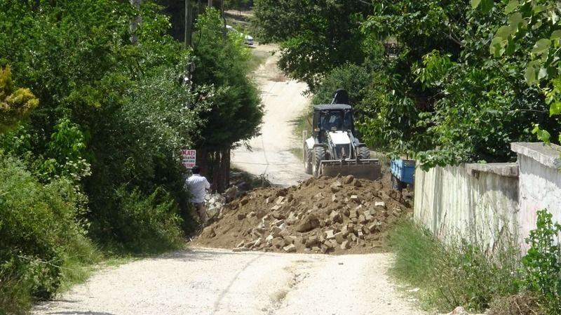Bursa'da kendisine ait olduğunu söylediği köy yolunu kapattı