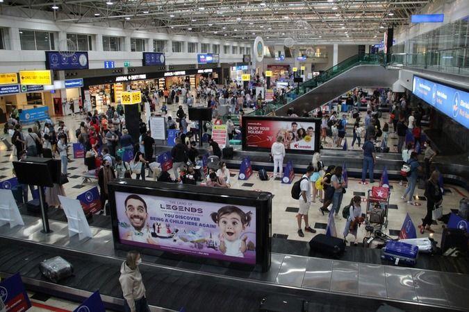 Uçuş kısıtlamaları sona erdi, Ruslar Antalya'ya akın etti