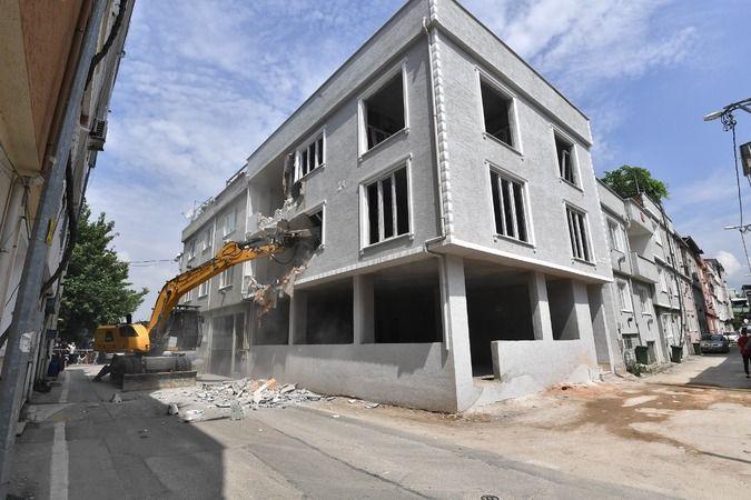 Bursa Osmangazi'de 3 katlı kaçak bina yıkıldı