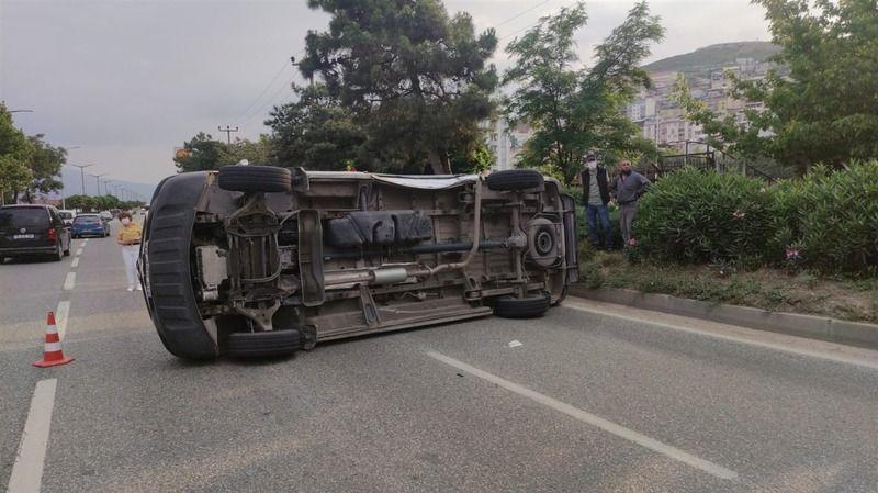 Bursa'da kaza yapan ambulans devrilip sürüklendi