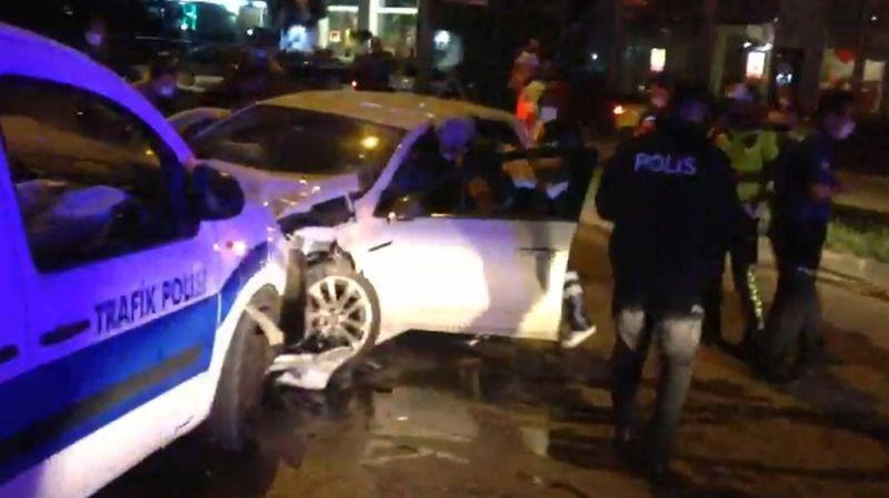 Bursa'da aşırı süratli araç polis uygulama noktasına daldı: 2'si polis 4 yaralı