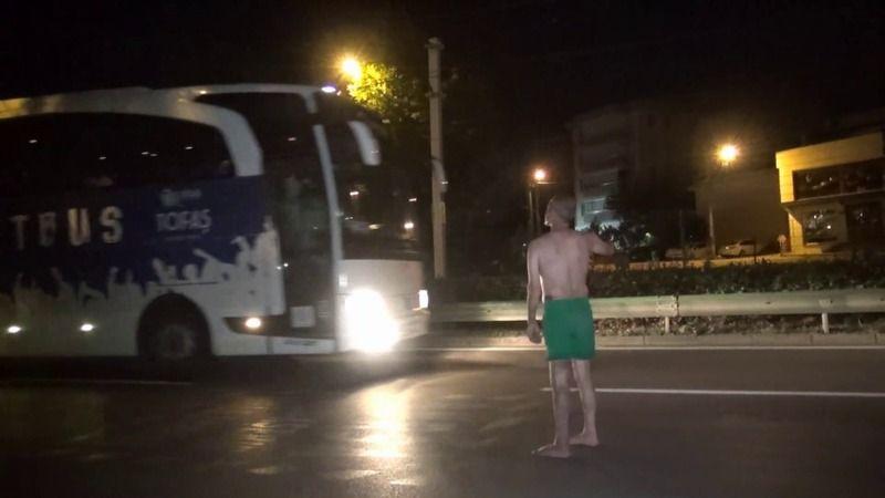 Bursa'da gece yarısı yarı çıplak yürüyen vatandaş