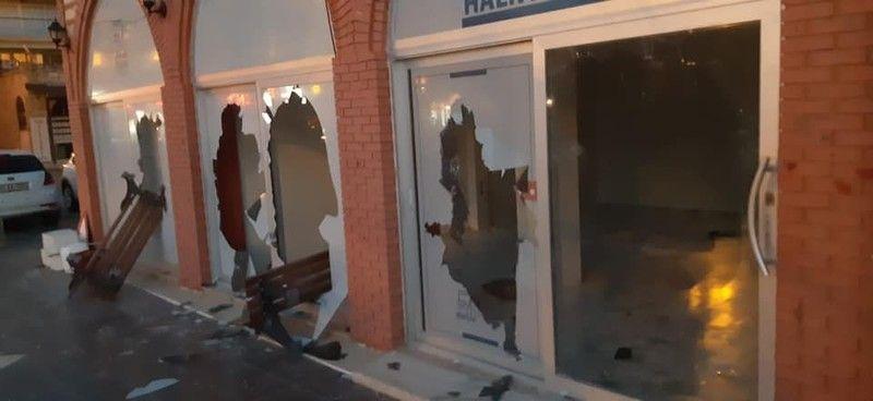 Çeşme'de zabıta binası ve araçlarına taşlı saldırı