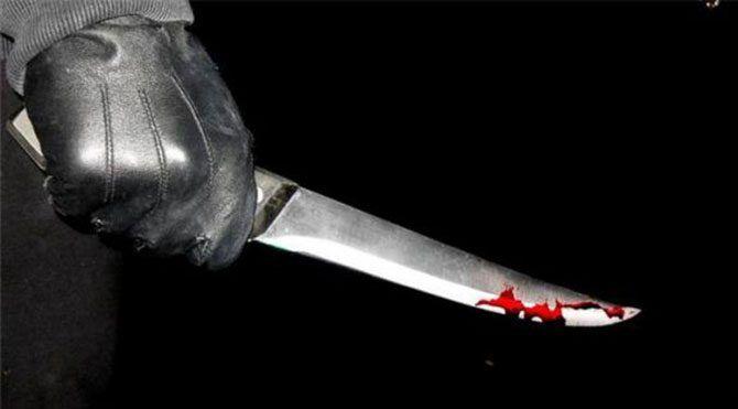 Eşini çalıştığı iş yerinde 7 yerinden bıçakladı