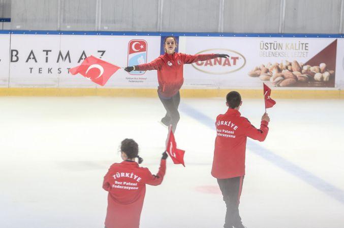 Buz pateni sporcuları 15 Temmuz şehitlerini Türk bayraklarıyla andı