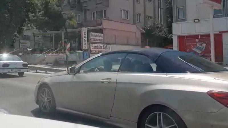 Bursa'da otomobilde kucağındaki çocukla tehlikeli yolculuk