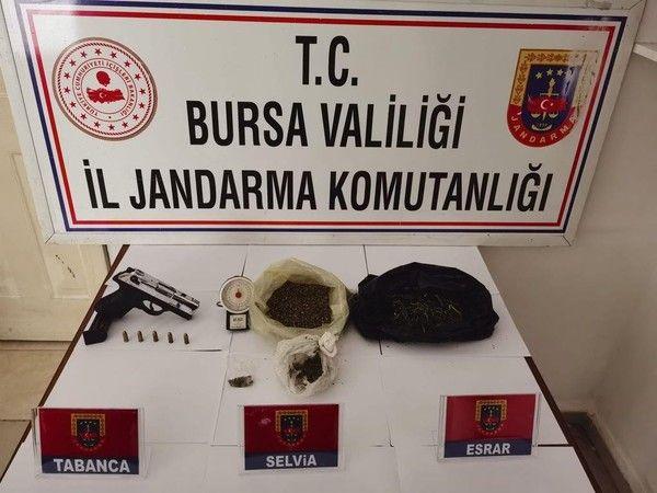 Bursa İl Jandarma Komutanlığı'na bağlı ekiplerin düzenlediği operasyonda uyuşturucu madde ticareti yapan 4 kişi gözaltına alındı.