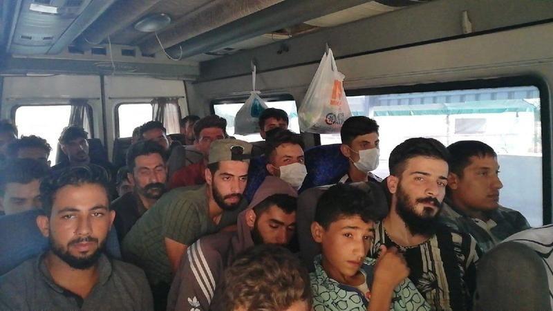 Polisler minibüste 20 kaçak göçmen yakaladı