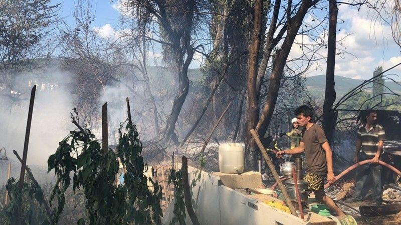Bursa'nın Gemlik ilçesinde baraka yangını sebebiyle etrafı saran dumanlar, tatilcilerin bulunduğu bölgede paniğe sebep oldu.