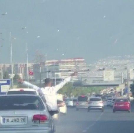 Bursa'da asker eğlencesi yapan konvoydaki bir aracın camından havaya havai fişek atıldı. Ortaya çıkan görüntüler bu kadarına da pes dedirtti.
