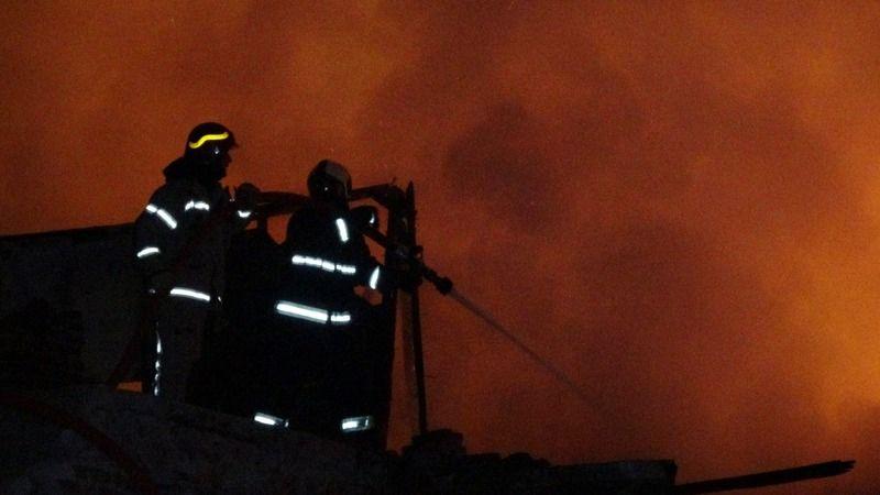 Bursa'nın Osmangazi ilçesinde gece saatlerinde eski bir binada yangın çıktı. Kısa sürede büyüyen yangında eski bina küle döndü.