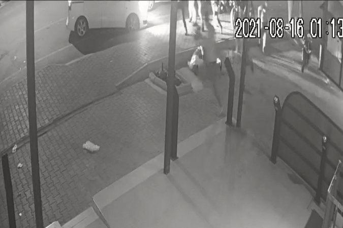 Adana'da meydana gelen olayda abart egzozlu motosiklet kullanan bir kişi, plakasını cerrahi maskeyle kapatıp trafiğe çıkınca kendisine ceza yazmak ist