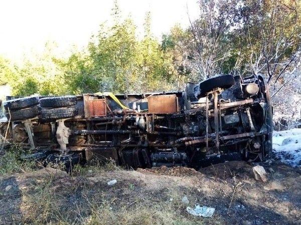Bursa'nın Keles ilçesinde meydana gelen olayda bir kamyon, freninin boşalması sebebiyle şarampole yuvarlanarak ormanlık alanda alev aldı.