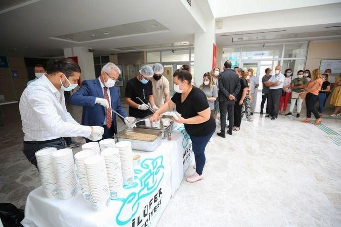 Nilüfer Belediye Başkanı Turgay Erdem, muharrem ayı sebebiyle her yıl düzenlenen aşure dağıtımında, personele elleriyle aşure ikramı gerçekleştirdi.