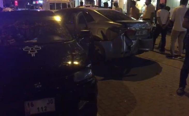 Bursa'nın İnegöl ilçesinde meydana gelen olayda kontrolden çıkarak savrulan otomobil, önce 2 yayaya sonra park halindeki 2 araca çarptı.