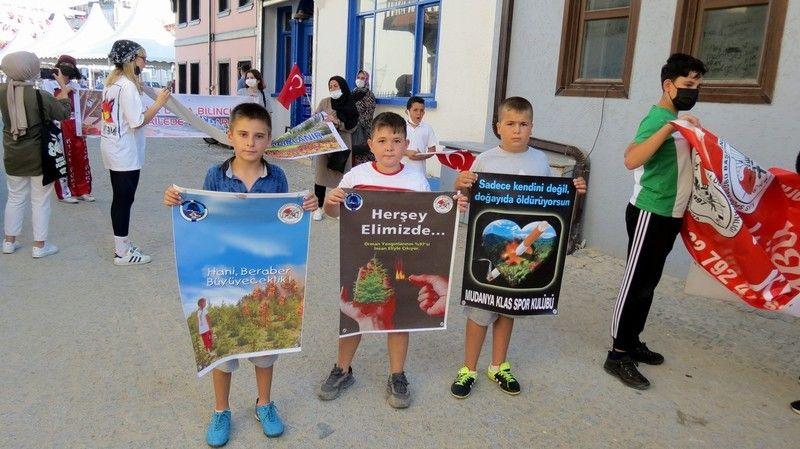 Bursa'nın Mudanya ilçesinde Klas Spor Kulübü sporcuları çevre temizliği yaptı.