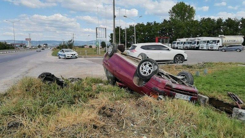 Bursa'nın İnegöl ilçesinde gerçekleşen kazada kontrolden çıkan otomobil takla atarak ters durdu. Araç sürücüsü yaralandı. Kaza anı bir iş yeri güvenli
