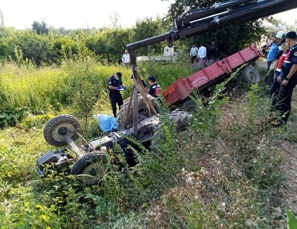 Bursa'nın İnegöl ilçesinde meydana gelen kazada şarampole yuvarlanan traktörün altında kalan 17 yaşındaki tarım işçisi hayatını kaybederken, 1 kişi de