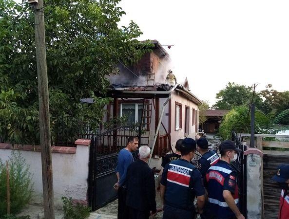Bursa'nın İnegöl ilçesine bağlı kırsal Ortaköy mahallesinde bulunan iki katlı evin 2'nci katında yangın çıktı. Vatandaşların dikkati sayesinde yangın