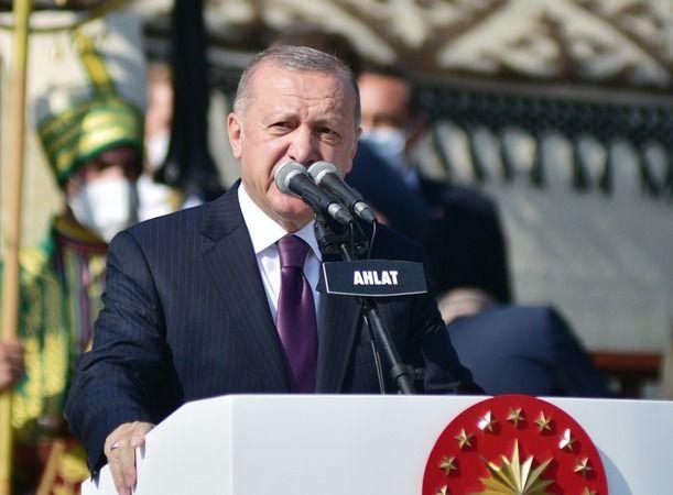 Cumhurbaşkanı Recep Tayyip Erdoğan, Malazgirt Zaferi'nin 950'nci yılı etkinlikleri kapsamında Bitlis'in Ahlat ilçesine geldi. Selçuklu Meydan Mezarlığ