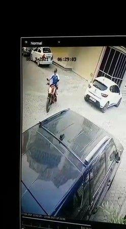Bursa'da gerçekleşen olayda sabah işe gitmek için evinden çıkan vatandaş, 35 bin liralık motosikletinin çalındığını görünce şoka uğradı. Güvenlik kame
