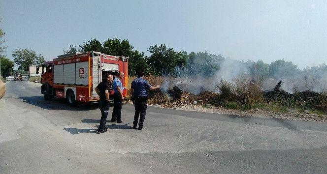 Yeşil alandaki yangın fabrikaya ulaşmadan söndürüldü