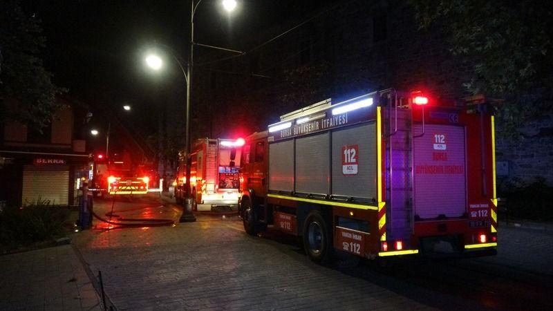Bursa'da gece saatlerinde meydana gelen olayda kullanılmayan 2 katlı bir binada yangın çıktı.  Yangına müdahale eden bir itfaiye eri ise yaralandı.
