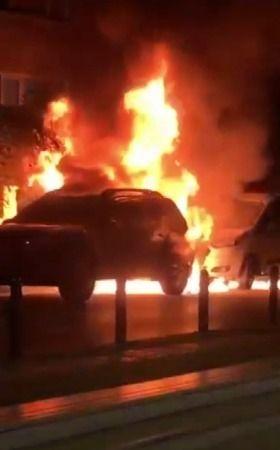 Bursa'da gece yarısı park halindeki iki araç alev aldı. Sebebi bilinmeyen şekilde yanan otomobilden sıçrayan alevler başka aracın da yanmasına sebep o