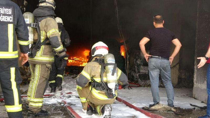 Bursa'da tekstil fabrikasında çıkan yangın iki fabrikayı daha kullanılamaz hâle getirdi. Ekiplere yardımcı olmak isteyen işçi çatıdan düşerek yaraland