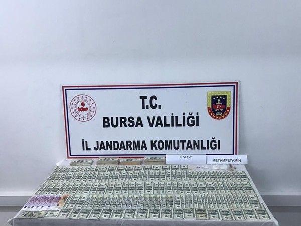Bursa'da yapılan sahte para operasyonunda yüklü miktarda sahte döviz ele geçirildi. Jandarma ekipleri 100 dolarla alışveriş yapan şüphelilerin peşine