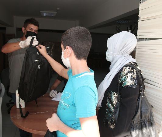 Nilüfer Belediyesi, ihtiyaç sahibi öğrencilere, yeni eğitim öğretim yılı öncesi okul çantası ve kırtasiye seti dağıttı.